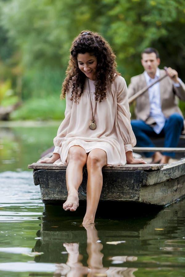 Ζεύγος στη βάρκα στοκ εικόνα με δικαίωμα ελεύθερης χρήσης