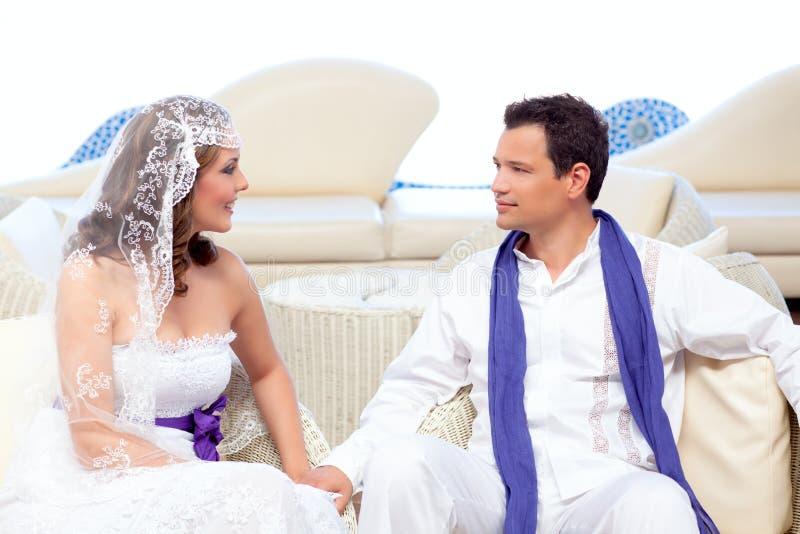 Ζεύγος στη ημέρα γάμου που χαλαρώνουν στο άσπρο πεζούλι στοκ φωτογραφία με δικαίωμα ελεύθερης χρήσης