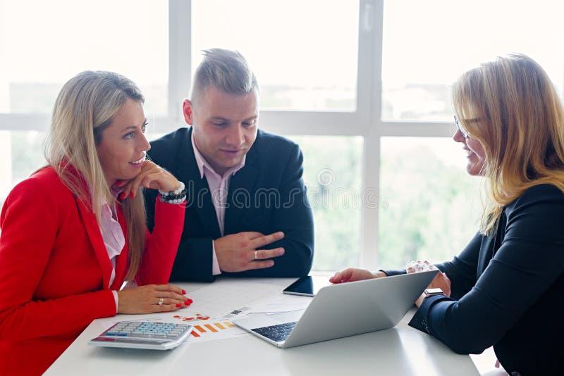 Ζεύγος στη συνεδρίαση με τον οικονομικό σύμβουλο στοκ φωτογραφία με δικαίωμα ελεύθερης χρήσης