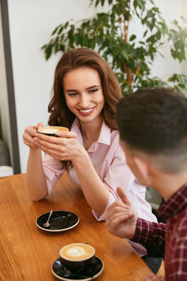 Ζεύγος στον καφέ κατανάλωσης καφέδων στοκ φωτογραφίες με δικαίωμα ελεύθερης χρήσης