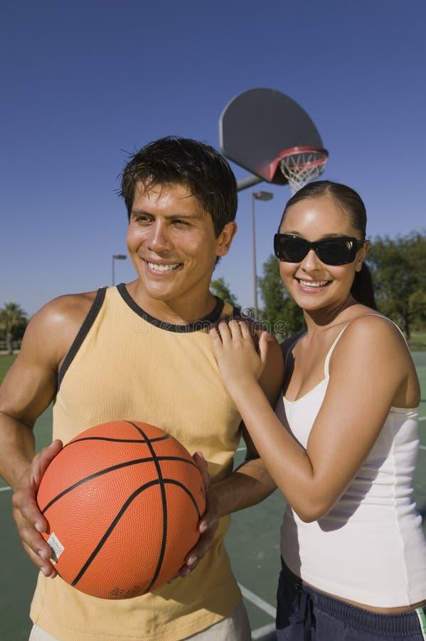Ζεύγος στο γήπεδο μπάσκετ. στοκ εικόνα με δικαίωμα ελεύθερης χρήσης