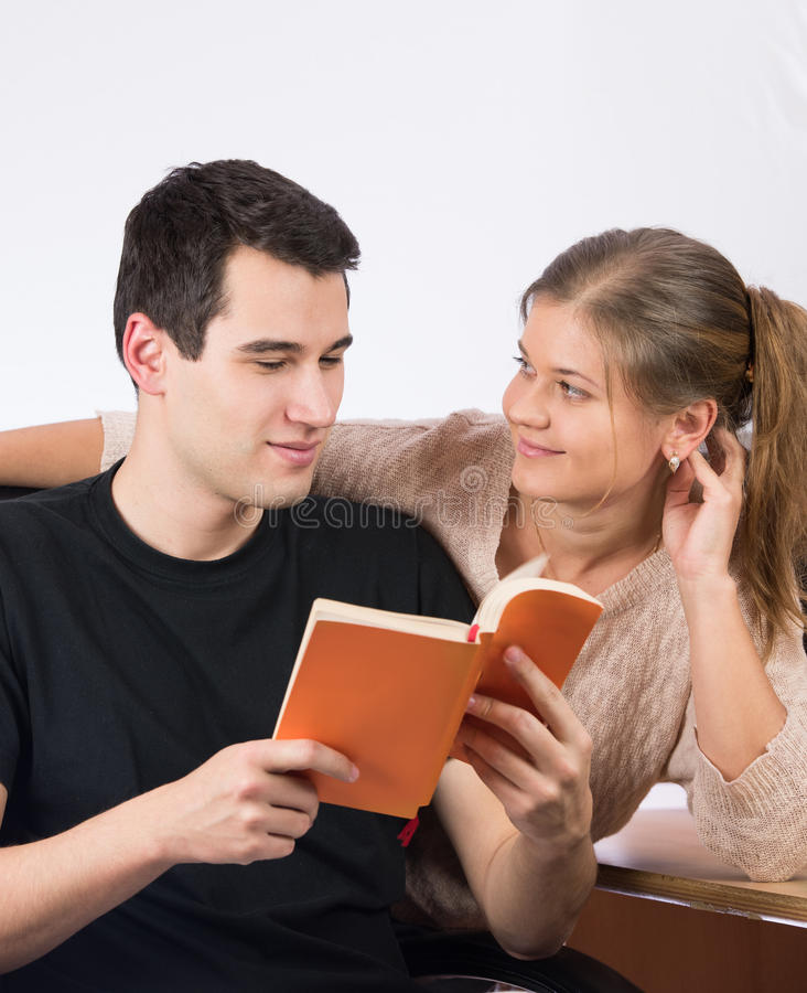 Ζεύγος στο γραφείο που διαβάζει ένα βιβλίο στοκ εικόνες με δικαίωμα ελεύθερης χρήσης