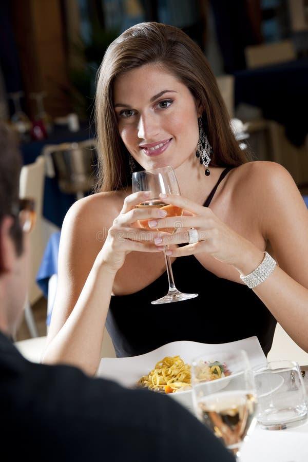 Ζεύγος στο εστιατόριο στοκ εικόνες