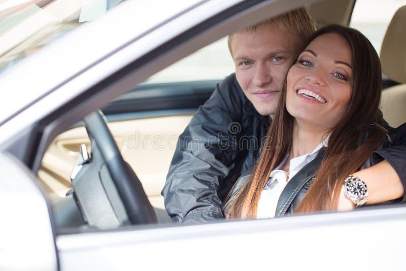 Ζεύγος στο νέο αυτοκίνητο στοκ εικόνα με δικαίωμα ελεύθερης χρήσης
