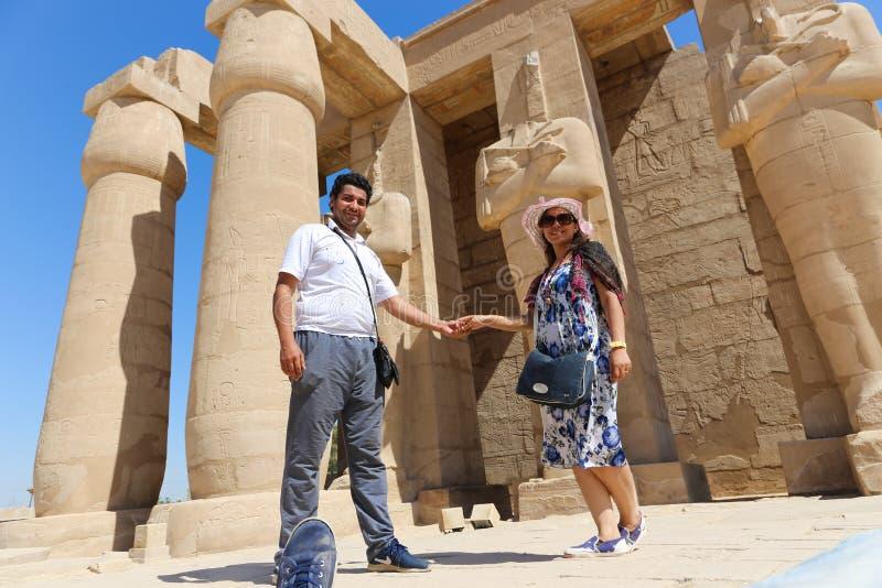 Ζεύγος στο ναό Ramesseum σε Luxor - την Αίγυπτο στοκ φωτογραφίες