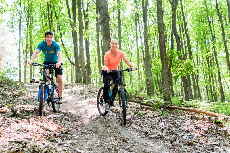 Ζεύγος στο ποδήλατο ποδηλάτων βουνών στοκ εικόνες