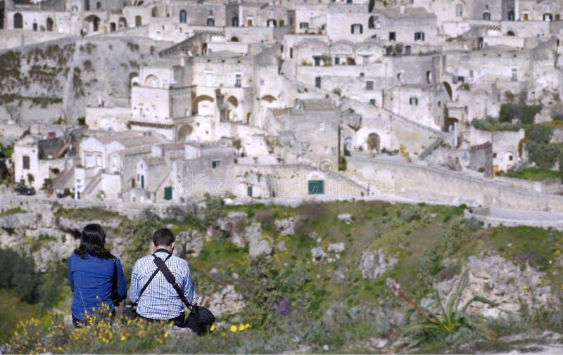Ζεύγος στο σχέδιο της πόλης $matera από τα ύψη που τοποθετούνται στο μέτωπο στοκ εικόνες με δικαίωμα ελεύθερης χρήσης