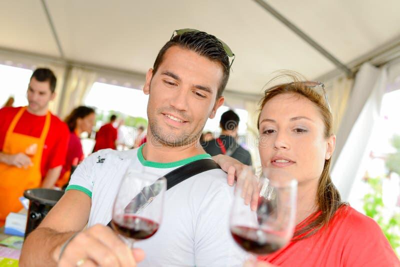 Ζεύγος στο φεστιβάλ κρασιού στοκ φωτογραφία με δικαίωμα ελεύθερης χρήσης