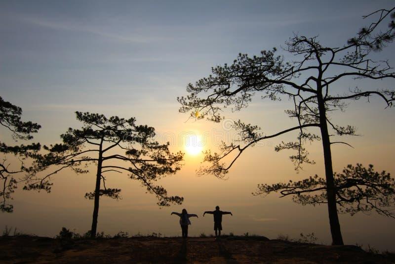 Ζεύγος στο φως βραδιού με την υδρονέφωση βουνών στο υπόβαθρο στοκ φωτογραφίες