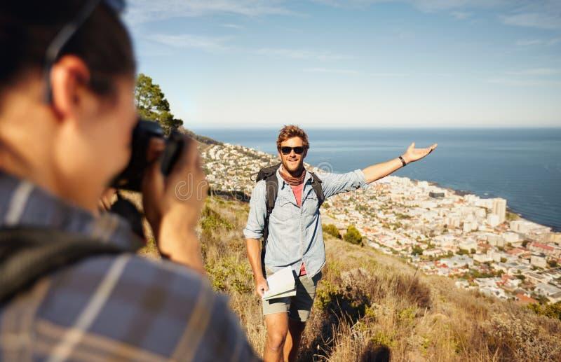 Ζεύγος τουριστών που απολαμβάνει τη φύση και που παίρνει τη φωτογραφία στοκ εικόνες με δικαίωμα ελεύθερης χρήσης