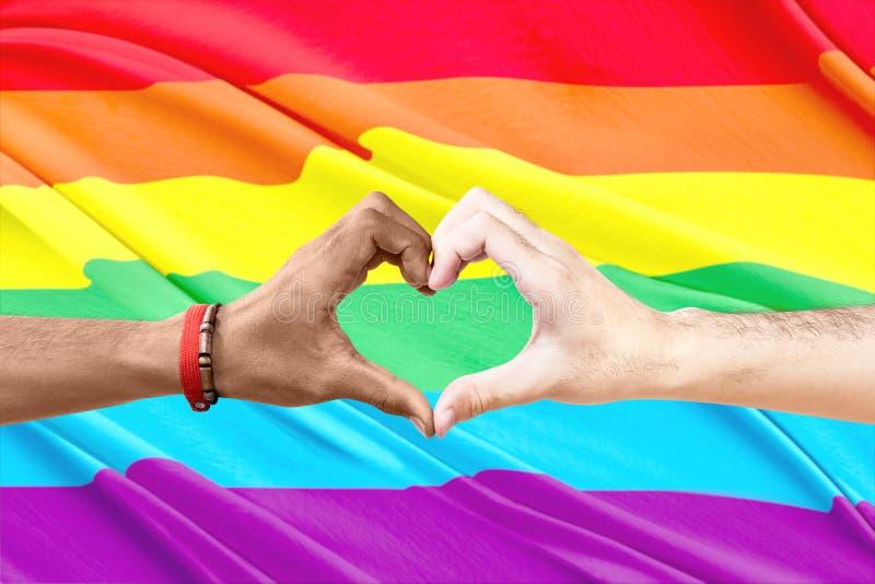 Ζεύγος του ομοφυλόφιλου που κατασκευάζει μια καρδιά να υπογράψει με το χέρι στοκ εικόνες