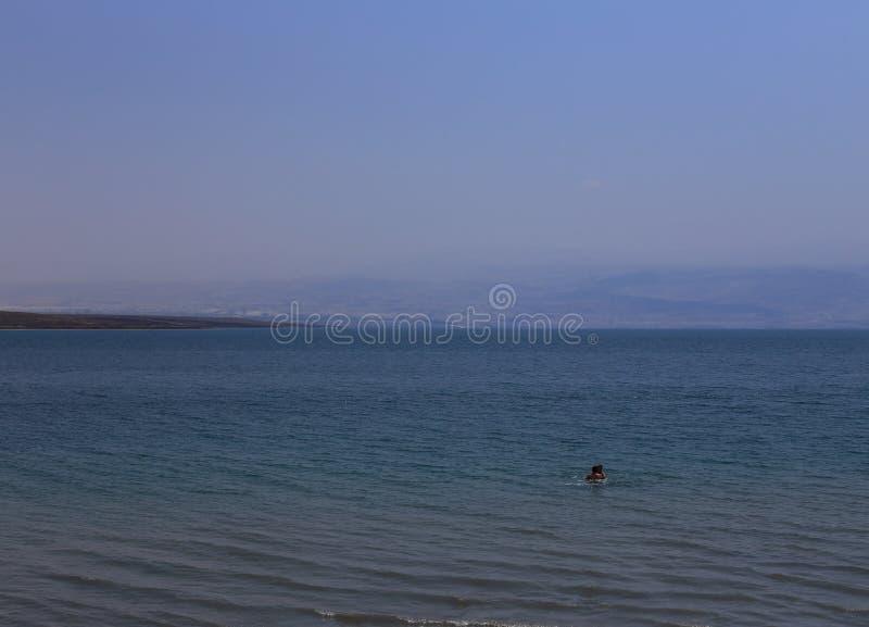 Ζεύγος των ανθρώπων στη νεκρή θάλασσα στοκ φωτογραφία με δικαίωμα ελεύθερης χρήσης
