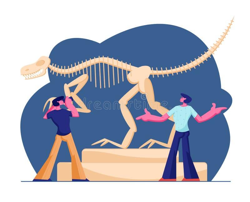 Ζεύγος των ατόμων που επισκέπτονται το μουσείο παλαιοντολογίας, που κάνει τη φωτογραφία του τεράστιου όρθιου σκελετού κόκκαλων Ty ελεύθερη απεικόνιση δικαιώματος