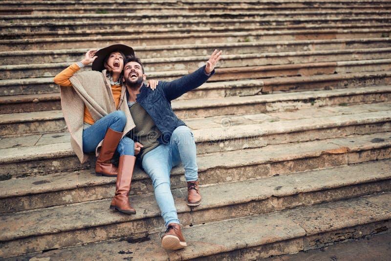 Ζεύγος των εραστών που έχουν τη διασκέδαση απολαμβάνοντας στις διακοπές στοκ εικόνες με δικαίωμα ελεύθερης χρήσης