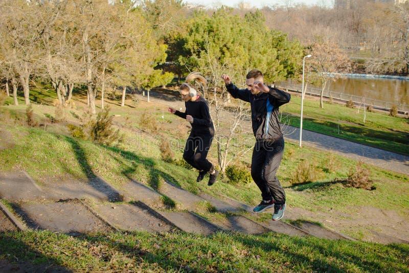 Ζεύγος των νέων δρομέων που εκπαιδεύουν inautumn το πάρκο στοκ εικόνες