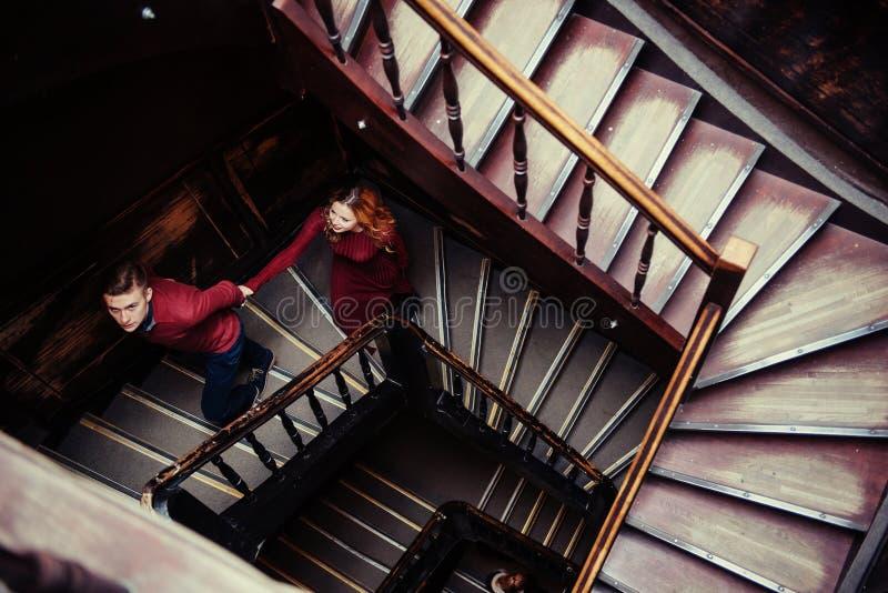 Ζεύγος των νέων στα ξύλινα σκαλοπάτια στοκ φωτογραφία