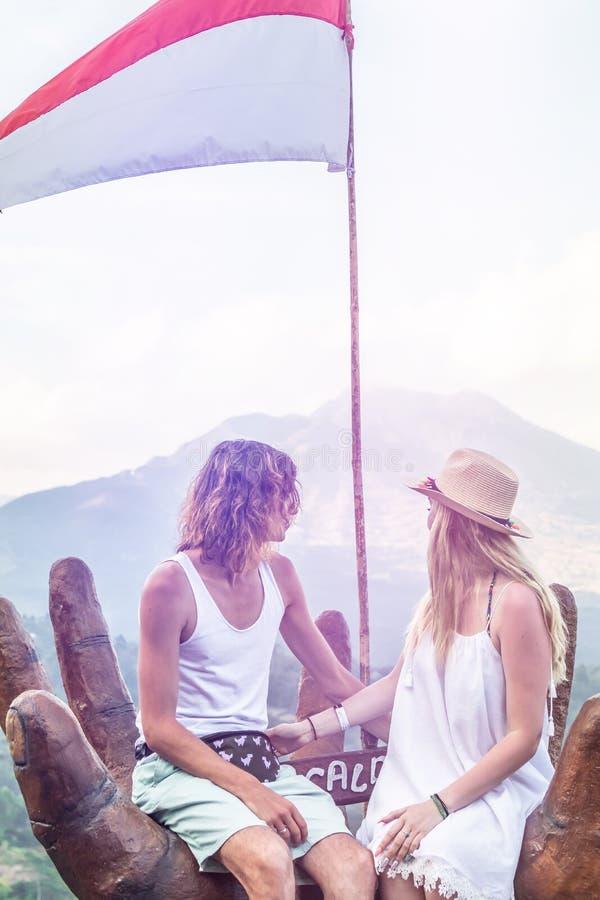 Ζεύγος των νέων τουριστών στο υπόβαθρο βουνών Ηφαίστειο Batur, νησί του Μπαλί στοκ φωτογραφίες με δικαίωμα ελεύθερης χρήσης