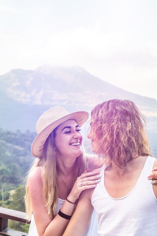 Ζεύγος των νέων τουριστών στο υπόβαθρο βουνών Ηφαίστειο Batur, νησί του Μπαλί στοκ εικόνες