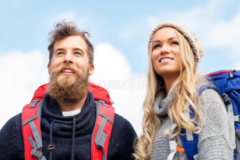 Ζεύγος των ταξιδιωτών με την πεζοπορία σακιδίων πλάτης στοκ φωτογραφία με δικαίωμα ελεύθερης χρήσης