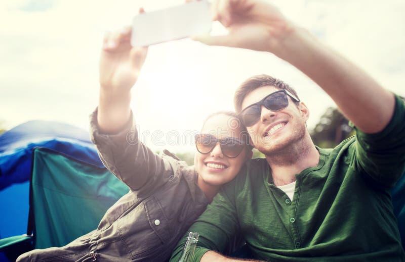 Ζεύγος των ταξιδιωτών που παίρνουν selfie από το smartphone στοκ φωτογραφία με δικαίωμα ελεύθερης χρήσης
