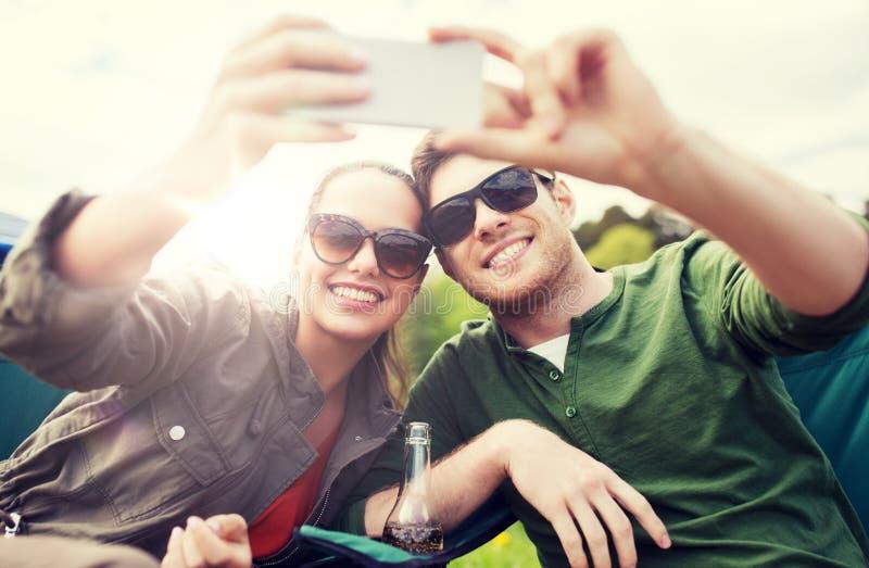 Ζεύγος των ταξιδιωτών που παίρνουν selfie από το smartphone στοκ εικόνες