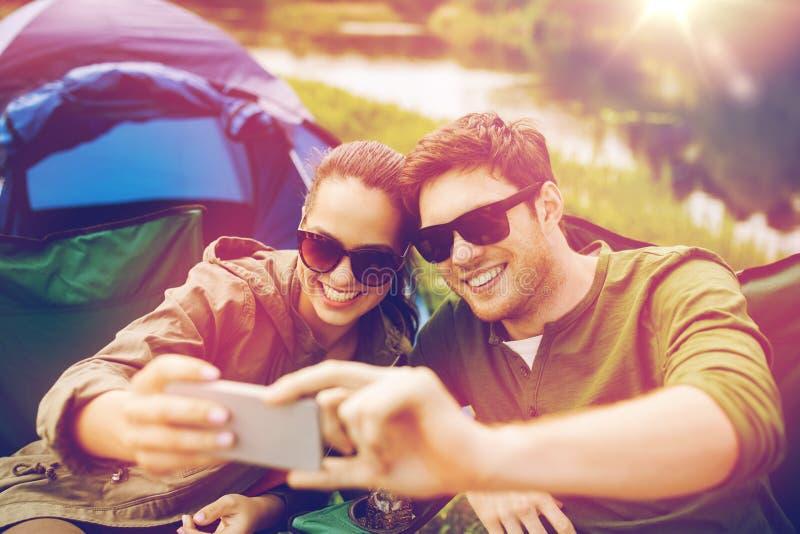 Ζεύγος των ταξιδιωτών που παίρνουν selfie από το smartphone στοκ φωτογραφία