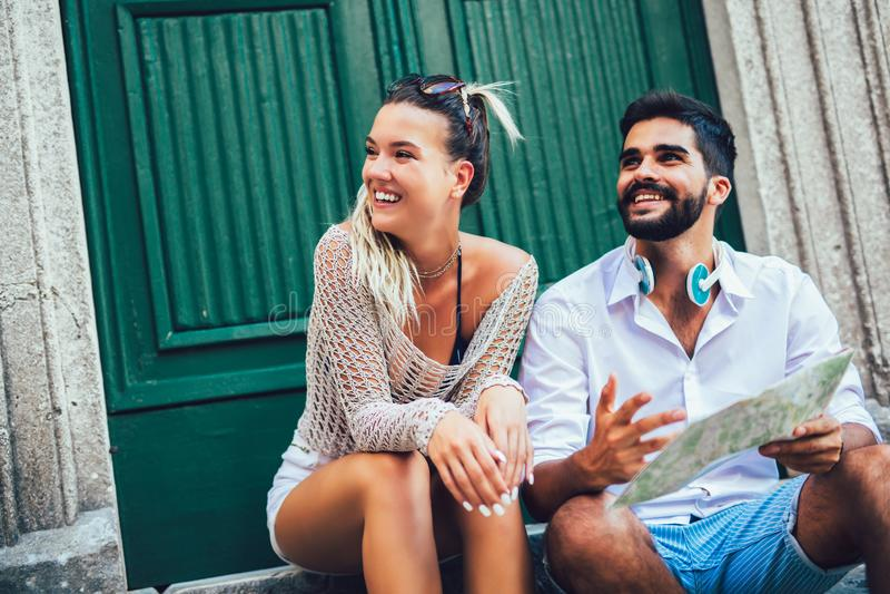 Ζεύγος των τουριστών που περπατούν γύρω από την παλαιά πόλη Διακοπές, καλοκαίρι, διακοπές, τουρισμός: έννοια στοκ φωτογραφία