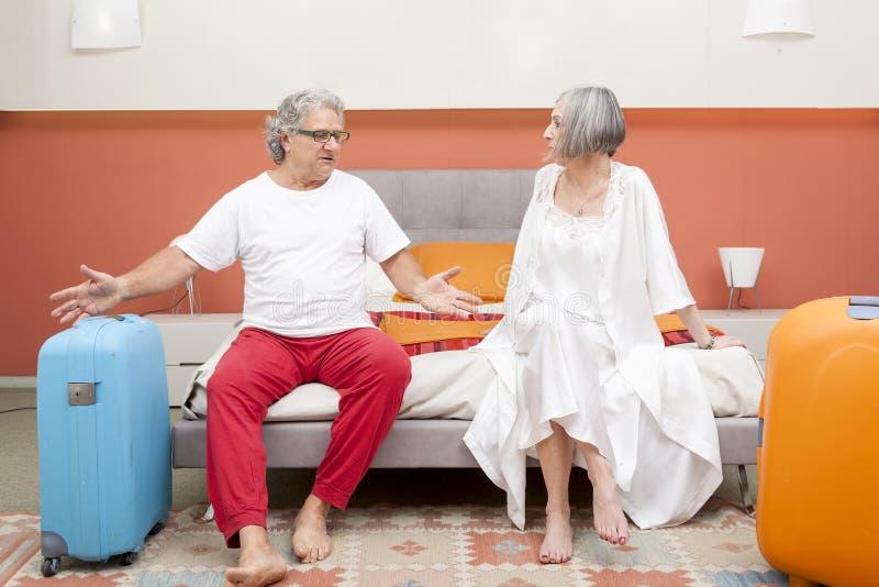 Ζεύγος των ώριμων ανθρώπων που χαλαρώνουν στην κρεβατοκάμαρα στοκ φωτογραφία με δικαίωμα ελεύθερης χρήσης