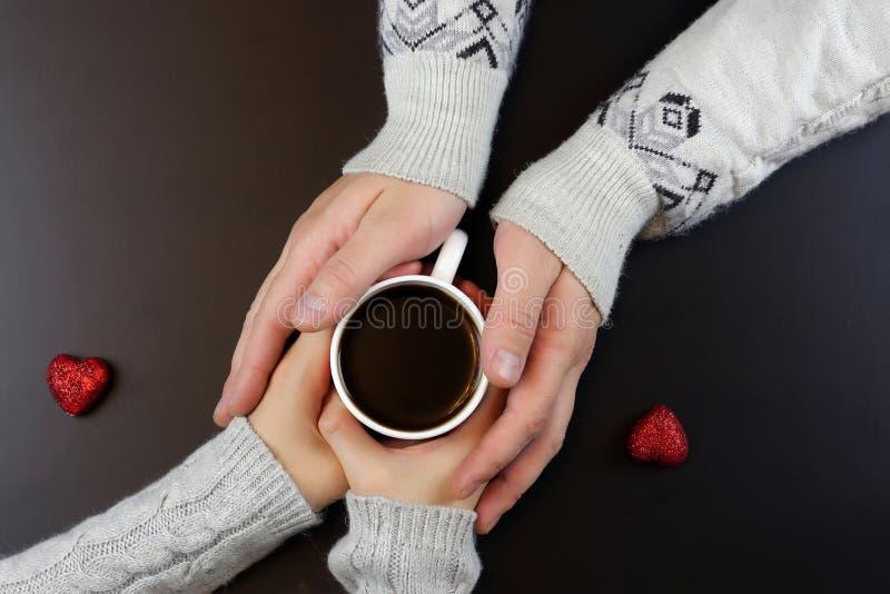 Ζεύγος υποβάθρου καφέ χεριών στοκ φωτογραφίες