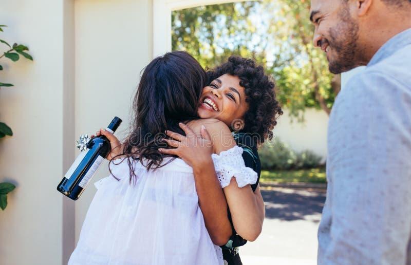 Ζεύγος χαιρετισμού γυναικών για την κατοχή ενός καινούργιου σπιτιού στοκ εικόνες