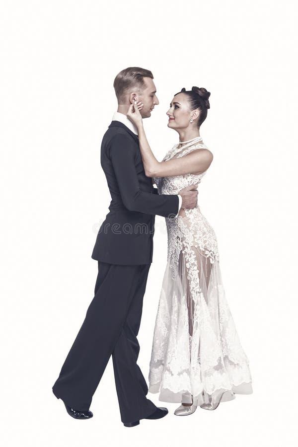 Ζεύγος χορού Ballrom ερωτευμένο, κρατώντας τα χέρια απομονωμένα στο άσπρο bachground στοκ εικόνα με δικαίωμα ελεύθερης χρήσης