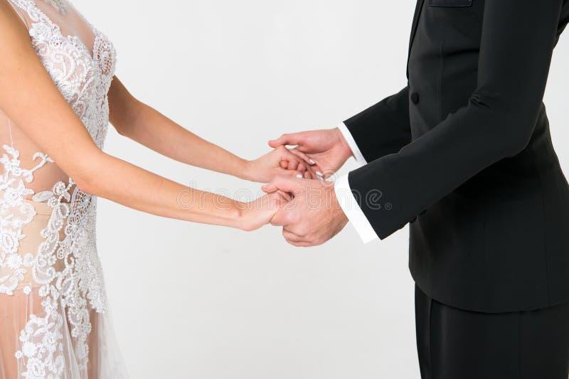 Ζεύγος χορού Ballrom ερωτευμένο, κρατώντας τα χέρια απομονωμένα στο άσπρο bachground στοκ φωτογραφίες με δικαίωμα ελεύθερης χρήσης