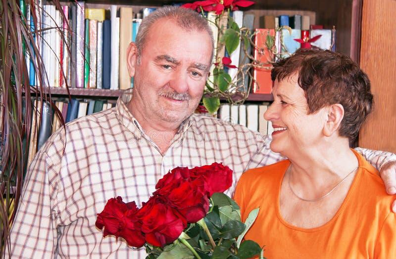 ζεύγος ώριμο Ηλικιωμένοι γυναίκα και άνδρας με την ανθοδέσμη στοκ εικόνες με δικαίωμα ελεύθερης χρήσης