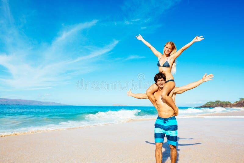 Ζεύγος Atractive που έχει τη διασκέδαση στην παραλία στοκ φωτογραφία με δικαίωμα ελεύθερης χρήσης