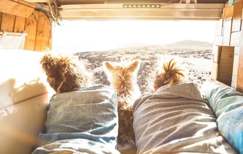 Ζεύγος Hipster με το χαριτωμένο σκυλί που ταξιδεύει μαζί στο εκλεκτής ποιότητας φορτηγό στοκ φωτογραφία με δικαίωμα ελεύθερης χρήσης