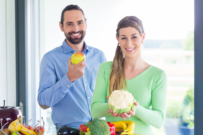 Ζεύγους φρούτα και λαχανικά κατανάλωσης διαβίωσης υγιή στοκ φωτογραφία με δικαίωμα ελεύθερης χρήσης