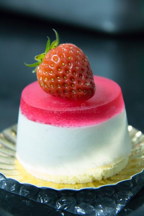 Ζελατίνα φραουλών και άσπρο mousse κέικ στοκ εικόνες