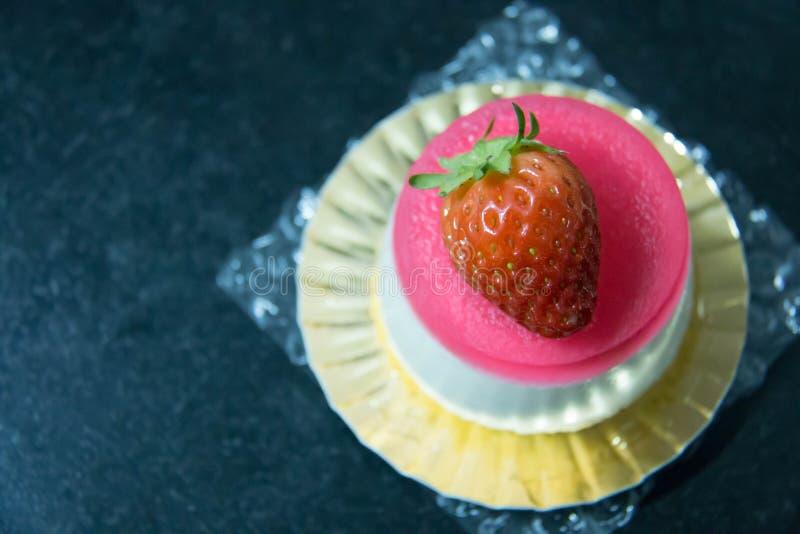 Ζελατίνα φραουλών και άσπρο mousse κέικ στοκ εικόνα με δικαίωμα ελεύθερης χρήσης