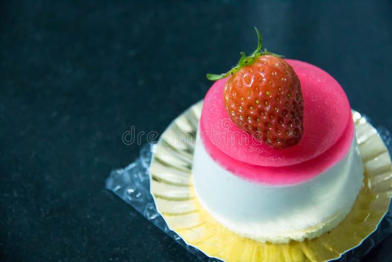Ζελατίνα φραουλών και άσπρο mousse κέικ στοκ εικόνες με δικαίωμα ελεύθερης χρήσης