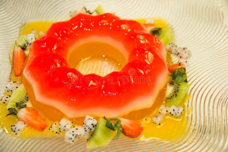Ζελατίνα φραουλών και μικτή σαλάτα φρούτων στοκ φωτογραφία