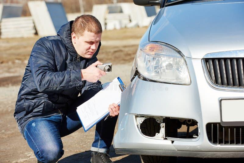 Ζημία αυτοκινήτων καταγραφής ασφαλιστικών πρακτόρων στη μορφή αξίωσης στοκ φωτογραφίες