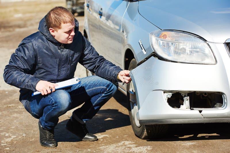 Ζημία αυτοκινήτων καταγραφής ασφαλιστικών πρακτόρων στη μορφή αξίωσης στοκ φωτογραφίες με δικαίωμα ελεύθερης χρήσης