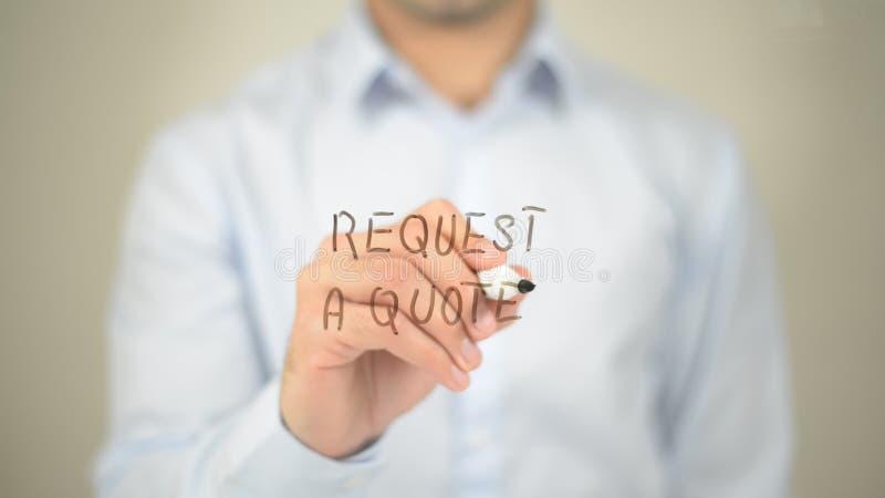Ζητήστε ένα απόσπασμα, άτομο που γράφει στη διαφανή οθόνη στοκ εικόνα