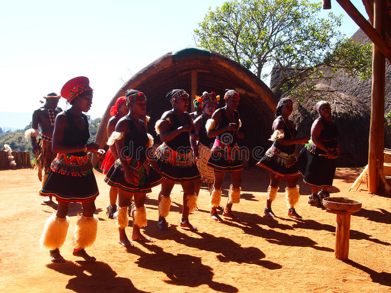 Ζουλού λαοί στα παραδοσιακά ενδύματα 18 Απριλίου 2014 Κουά Ζούλου Νατάλ στοκ εικόνα