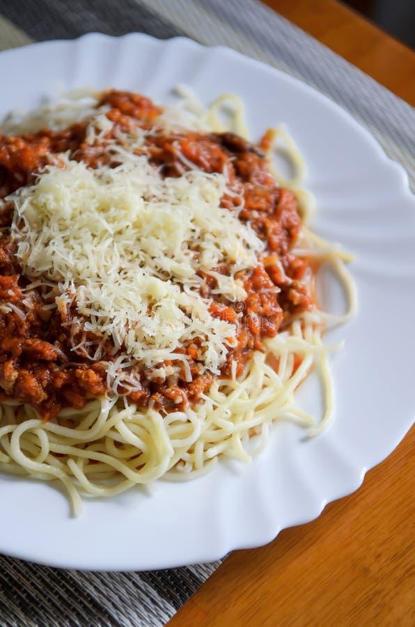 Ζυμαρικά ή μακαρόνια bolognese με το κρέας, τυρί, ντομάτα σε ένα πιάτο στοκ φωτογραφία με δικαίωμα ελεύθερης χρήσης