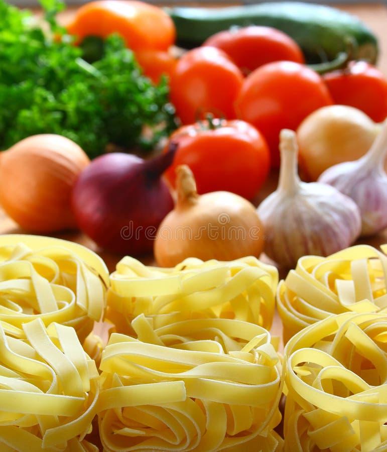 Ζυμαρικά και φρέσκα λαχανικά. στοκ εικόνες