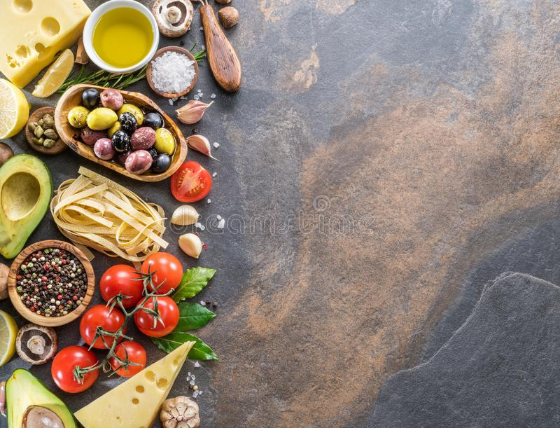 Ζυμαρικά, καρυκεύματα και λαχανικά Δημοφιλή μεσογειακά ή ιταλικά συστατικά τροφίμων στοκ εικόνα με δικαίωμα ελεύθερης χρήσης