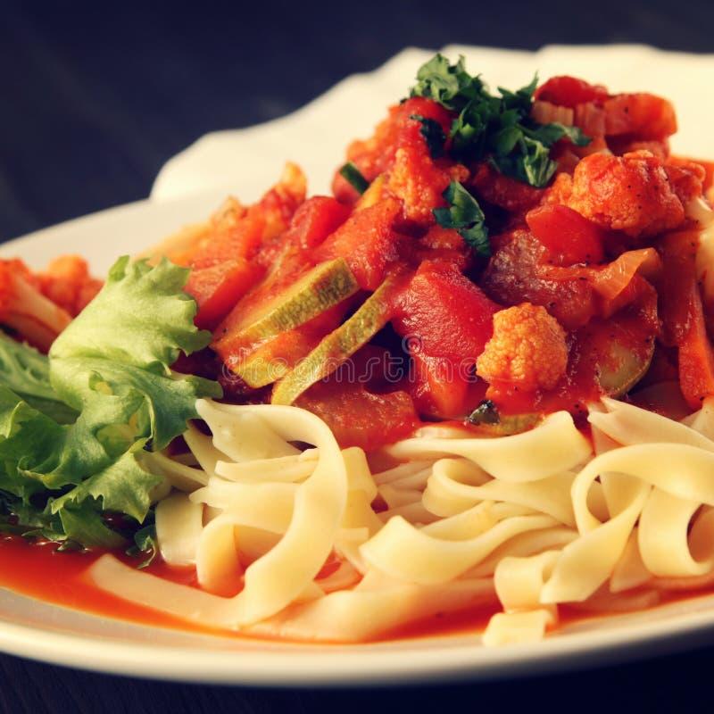 Ζυμαρικά κορδελλών με τα λαχανικά και τη σάλτσα Arrabiata στοκ εικόνα