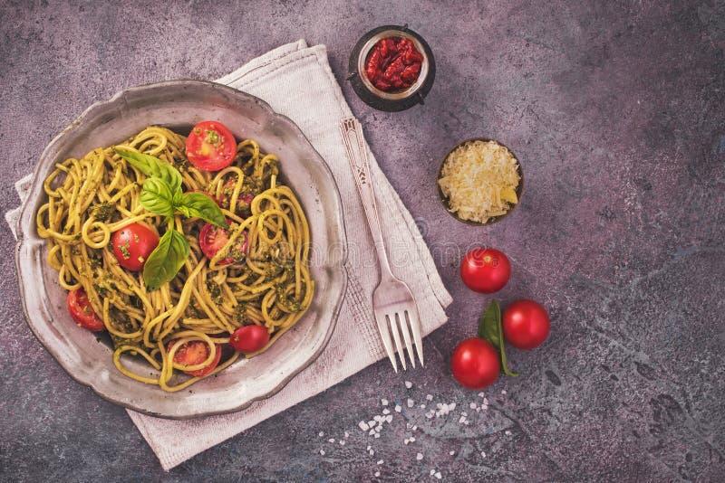 Ζυμαρικά μακαρονιών Pesto με τις ντομάτες κερασιών στοκ εικόνα