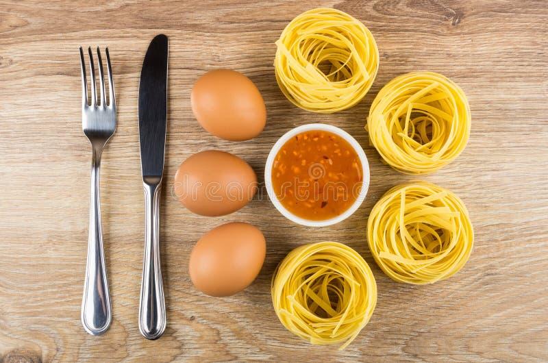 Ζυμαρικά με μορφή φωλιάς, αυγά, κύπελλο με τη σάλτσα στοκ φωτογραφία με δικαίωμα ελεύθερης χρήσης
